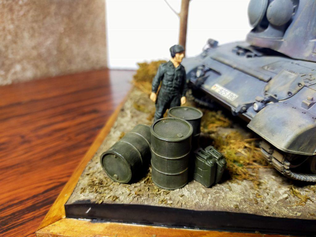 兵士とドラム缶、ジェリカン