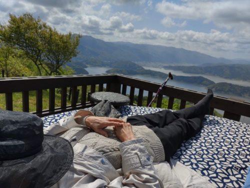 レインボーライン山頂公園の丸いソファーテラス